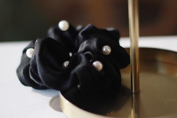Chouchou Karly Noir à perles nacrées