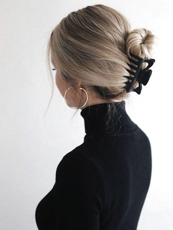 photo femme pince dans les cheveux