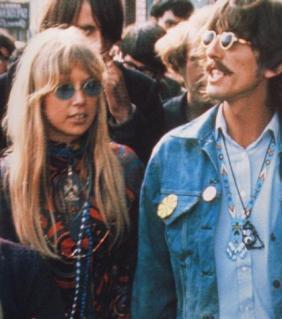 photo mouvement hippie coiffure avec raie au milieu